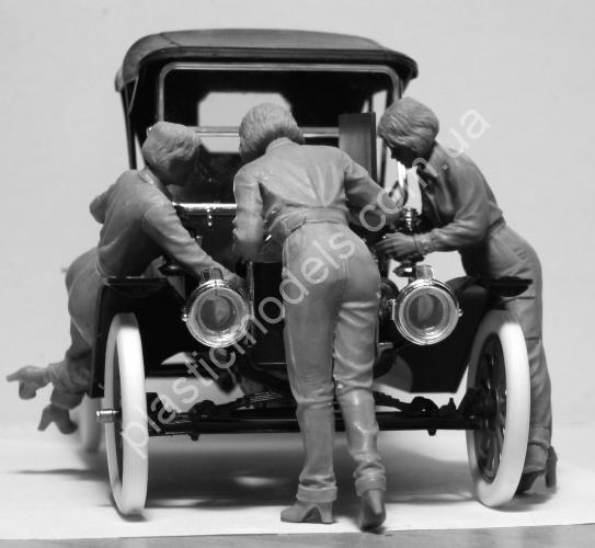 1/24 ICM 24010 Model T 1911 Touring with American Mechanics